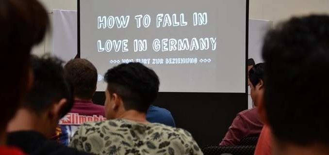 Οι Γερμανοί μαθαίνουν τους απολίτιστους ζουλου πρόσφυγες  πώς να φλερτάρουν μετα απο τόσους βιασμούς!