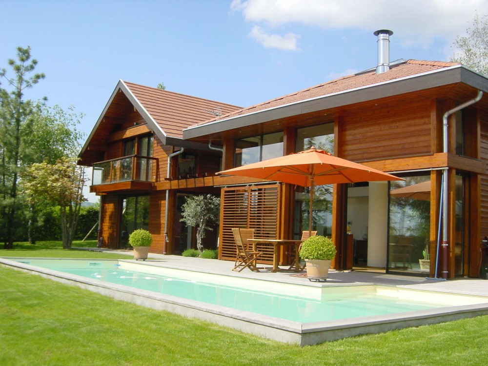 Ossature bois contemporaine terrasse piscine for Constructeur maison bois contemporaine