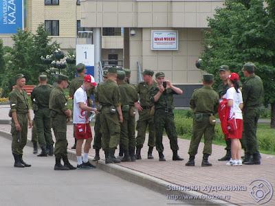 Волонтеры универсиады охотно фотографируются с военнослужащими
