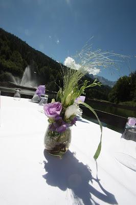 Blumenarrangements in kleinen Gläsern, sommerlich-leicht