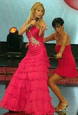 Foto de Bettina Oneto y Gisela Valcárcel bailando en Reyes del Show