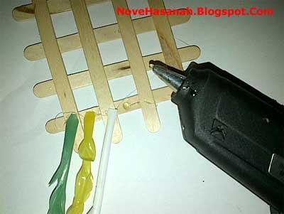 langkah membuat hiasan dinding dari stik es krim