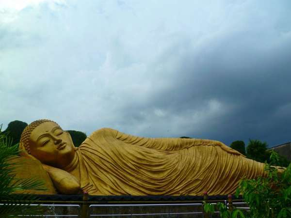 Patung Buddha tidur di Maha Vihara Mojopahit, Mojokerto