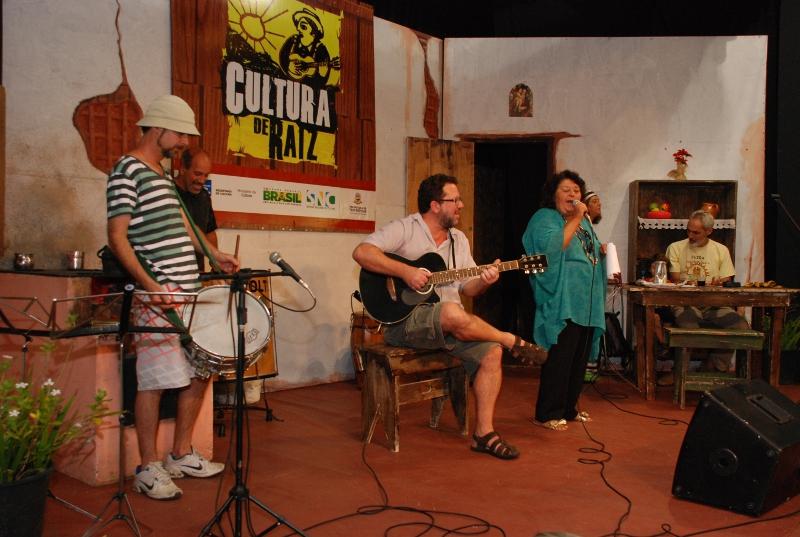 Acompanhada por Ayrton Rebello, Arnaldo Almeida e Marcos André, Vera Boccard divertiu a plateia com marchinhas de carnaval