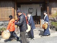 「あがり」の少年たちは、大島紬の羽織、着物に黒足袋に下駄履き、首に白襟巻き姿、手袋をつけて太鼓を打ち鳴らした。