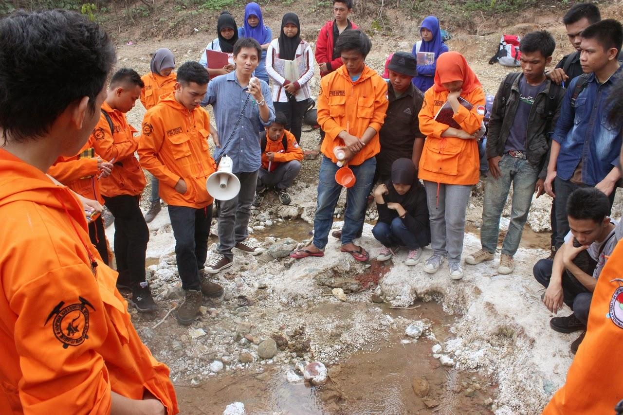 Peserta ekskursi saat menerima penjelasan dari pemateri.