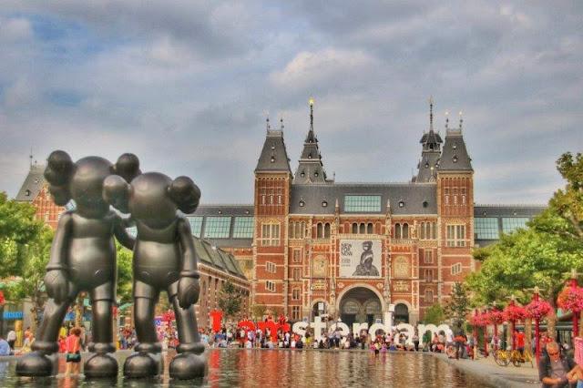 Museo Rijksmuseum en Museumplein en Amsterdam, Escultura Along the Way de KAWS, Art Zuid, Letras I Amsterdam