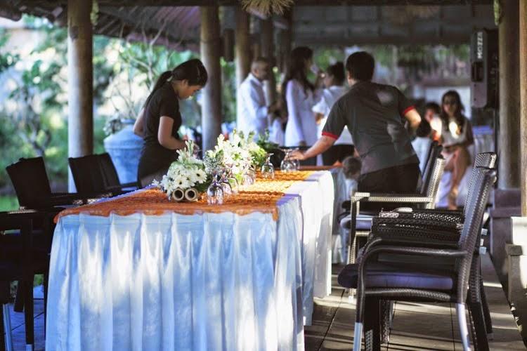 Suasana persiapan meja makan dalam pernikahan di Hani's Homestay.