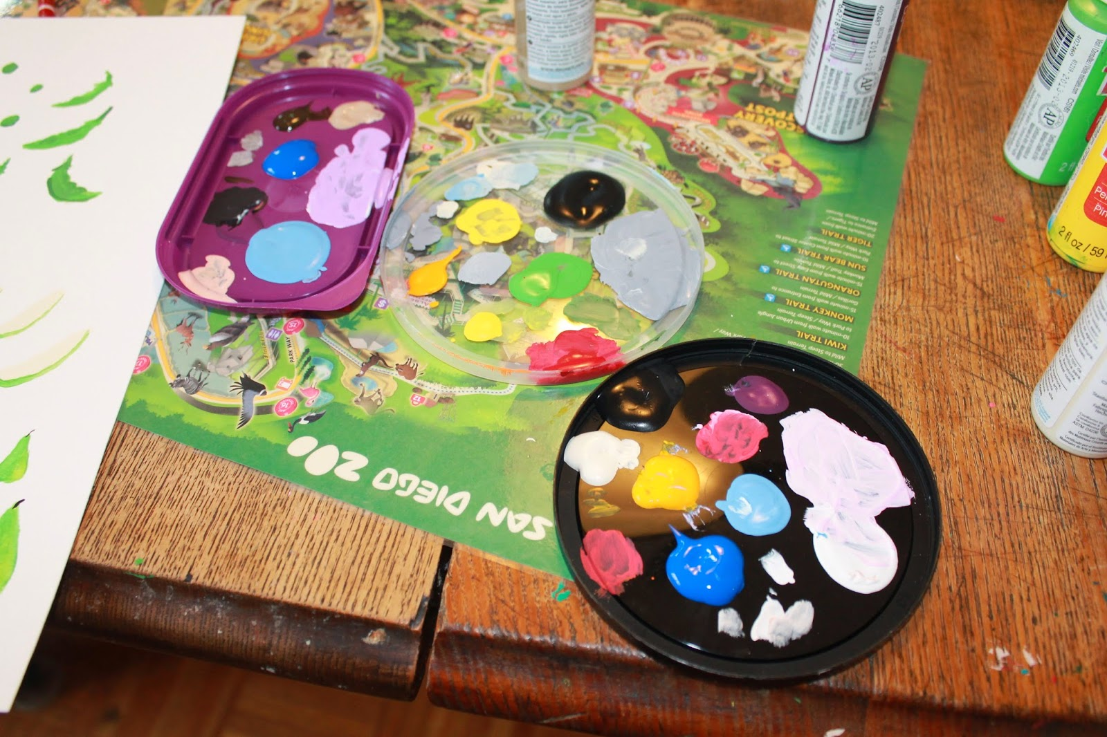 Plastic lids as painting palettes via ericvr.com