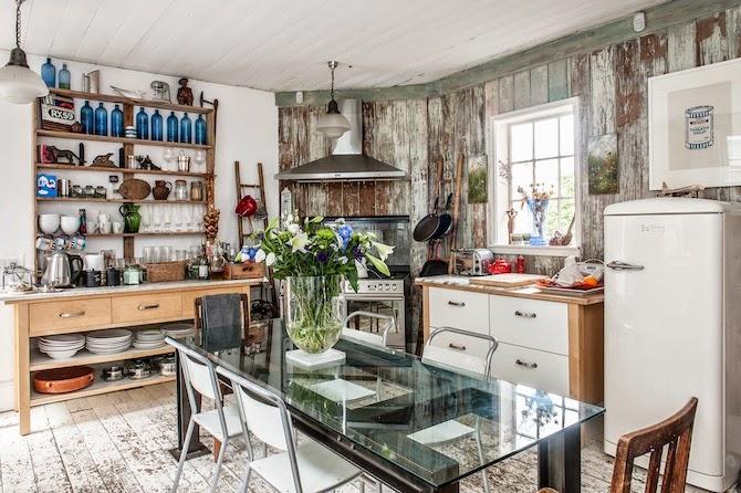 Interior la casa de un entusiasta colecionista de - Decoracion con antiguedades ...