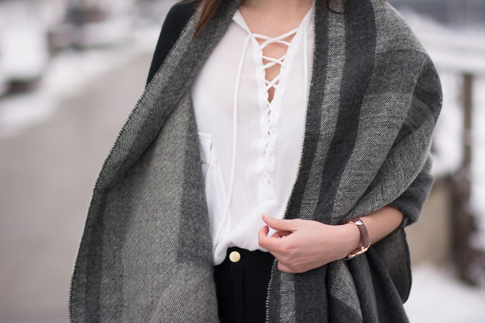 Ponczo, biała wiązana koszula, czarne rurki z wysokim stanem blog modowy
