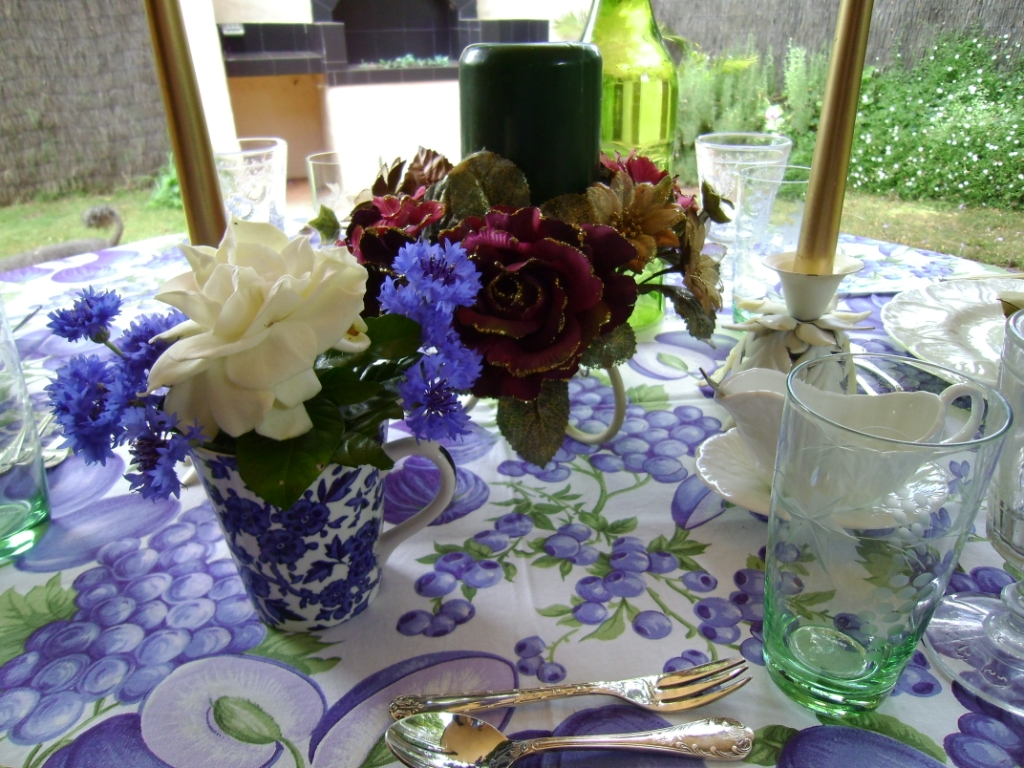 Belle fleur cornflowers at christmas Simple table setting for lunch