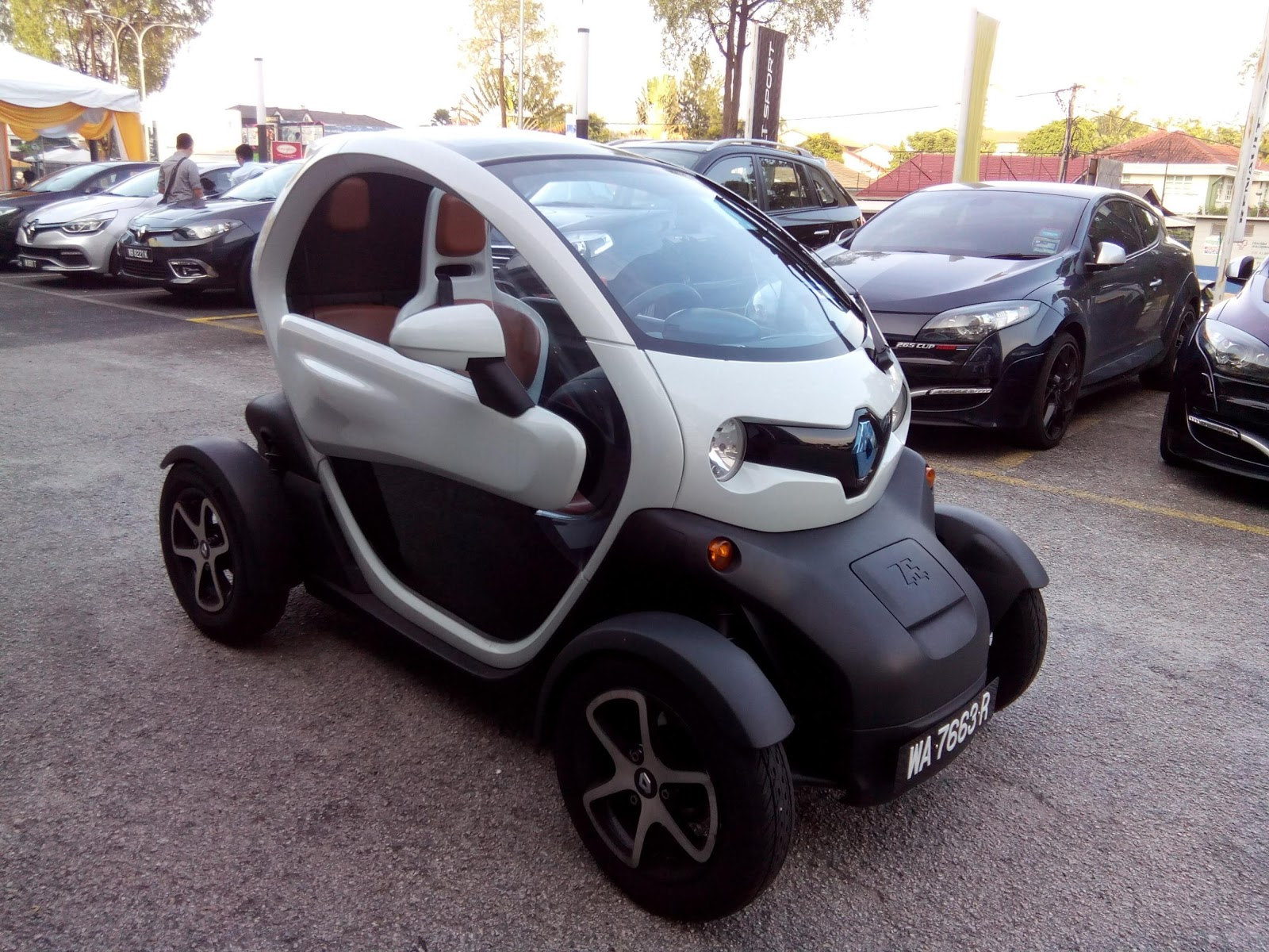 auto buzz renault twizy electric car launched in malaysia. Black Bedroom Furniture Sets. Home Design Ideas