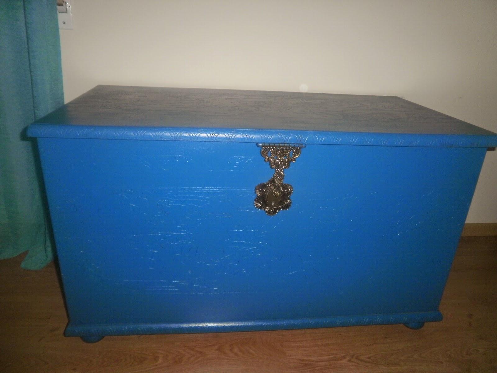 Esta arca foi pintada de azul porque o quarto tem colchas e  #164978 1600x1200