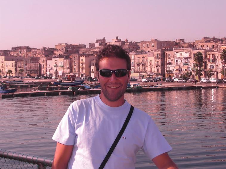 Sulla nave in giro per Taranto (2011)
