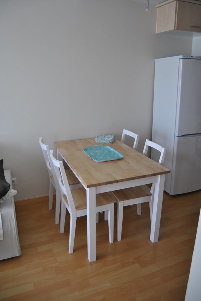 La mesa de patas blancas y sobre de madera de romina - Mesa cocina madera ...