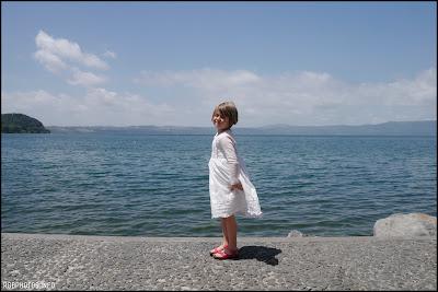 Fotografia di bambina in riva al lago