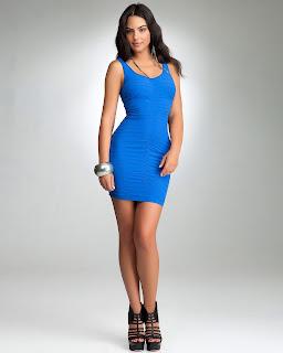 Lindo vestido curto e colado na cor azul
