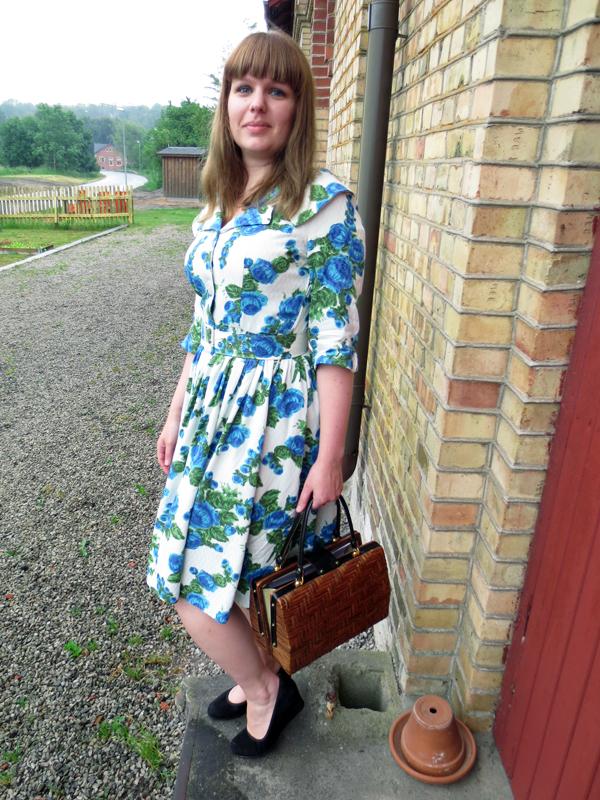 Blommig vintageklänning stråväska
