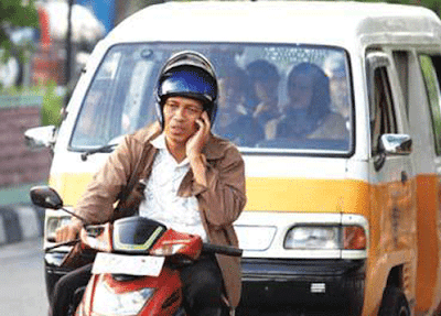 Hindari menggunakan HP saat berkendaraan.  Patuhi lalu lintas dan keselamatan anda dan pengguna lain di jalan raya.  Foto dari Internet