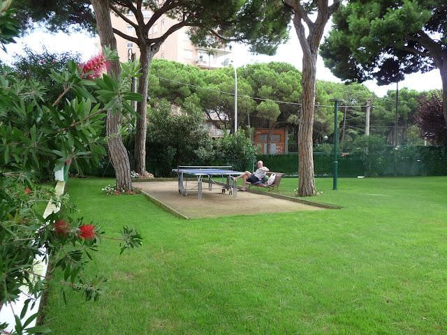 Площадка для настольного тенниса во дворе отеля Беверли Парк в Бланесе