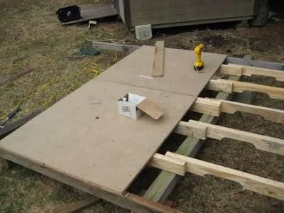 bastidor-de-madera-con-palets-recubierto-con-tablero