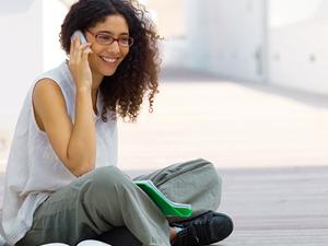 ¿Tus alumnos se distraen durante las clases por culpa del teléfono móvil? En lugar de hacer desaparecer este dispositivo del aula, LectureTools propone otra solución: que los teléfonos formen parte del aprendizaje. Perry Samson, profesor de Ciencias Atmosféricas de la Universidad de Michigan (EE UU), diseñó la herramienta como una forma de mejorar la interacción y retención de los estudiantes en las disertaciones largas. «La clave está en 'enganchar' a los estudiantes a través de sus portátiles o teléfonos móviles de manera que no se vayan a las redes sociales«, asegura Samson, que ha tenido buenos resultados con sus alumnos