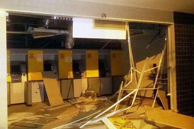 Agência ficou destruída. Quadrilha também cercou as casas de policiais que moram na cidade  (Foto: Bahianamidia.com)