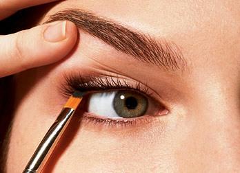 Étapes maquillage doux et simple pour les yeux .