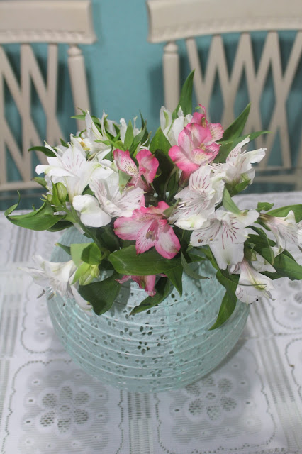 arranjo de flores diferente, luminária japonesa feita de vaso