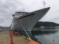 優雅なクルーズを楽しみながら舞鶴港、西港の第二埠頭に入港した。