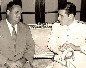José Antonio Remón Cantera conversando con un militar