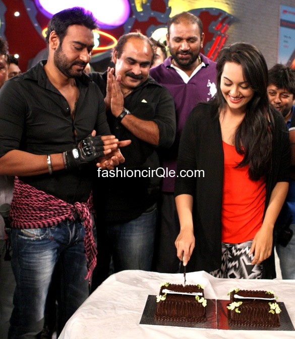Sonakshi Sinha cutting cake on sets -  Sonakshi Sinha celebrates bday twice - ajay devgan on set of son of sardar