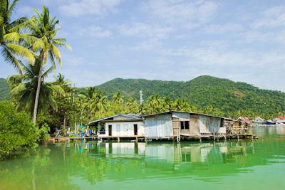 Paisaje flotante rural en la bahía de Bang Bao, Isla de Ko Chang, Tailandia. (Escenarios Naturales)