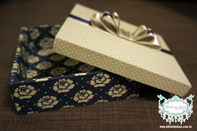 CAIXA DE TECIDO :: AZUL FLORAL COM POÁ FENDI www.bibelodeluxo.com.br 100% forrada com tecido pelo Bibelô de Luxo - Ateliê de Idéias, esta charmosa caixinha personalizada é muito versátil, medindo aproximadamente 13x13x4 cm. Para compor esta caixa foi escolhido um lindo tecido floral azul com fendi para a caixa e um gracioso petit poá fendi com branco para a tampa. O charme extra ficou por conta do lindo lacinho triplo com strass, já na parte interna da tampa foi colocada uma mensagem personalizada que dispensa o uso do cartão. Fotos: Bibelô de Luxo