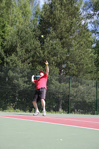 Tenniksen perusteet kuntoon osallistumalla tenniksen peruskurssille Olavi Lehdon ohjauksessa