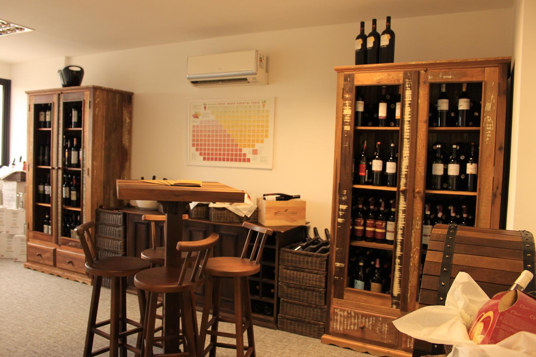 sp adega cristaleiras balcão para vinhos mesa alta com banquetas  #C57906 1500x1000