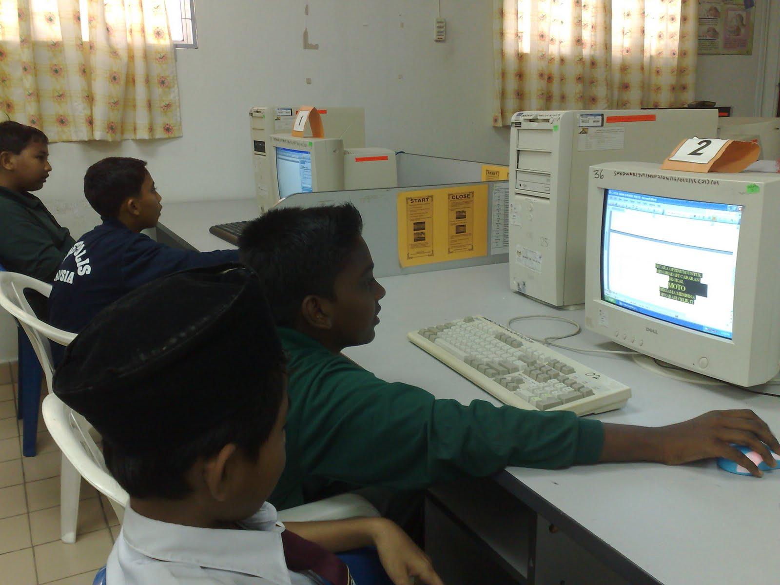 Ahli-ahli kelab komputer sedang menaip brosur kelab komputer SMKDWAR ...