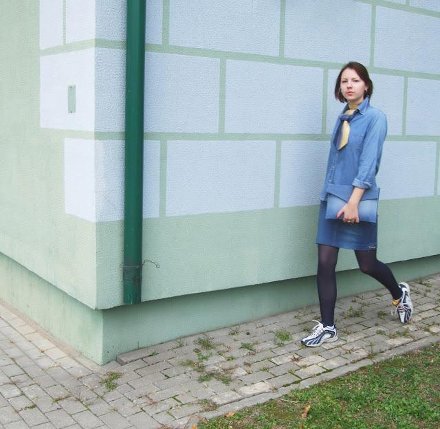 Галстук, джинсовая рубашка, кроссовки