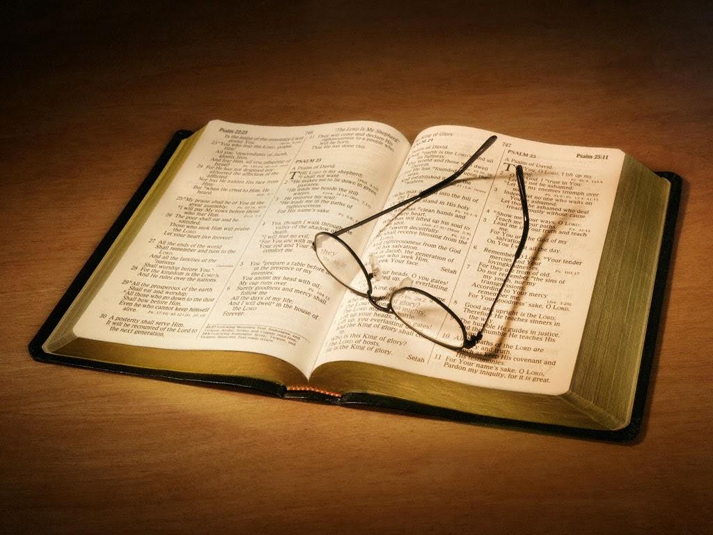 Leia a Bíblia sempre orando