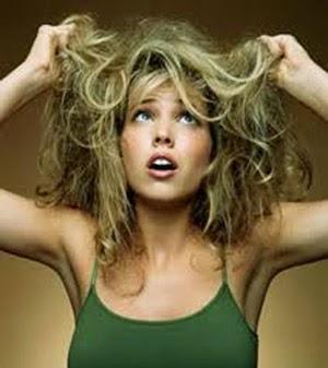 El cloro daña la cutícula del cabello.