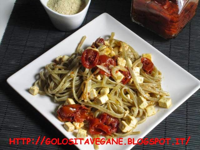 aglio, blede, cipolle, confit, lievito alimentare in scaglie, pasta, pomodori ciliegino, Primi, ricette vegan, tagliolini, tofu,