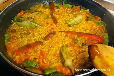 El arroz con verduras a medio cocer