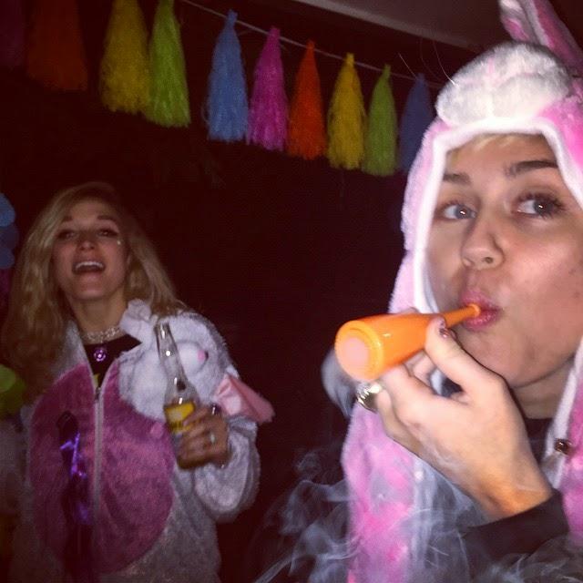 Miley Cyrus nuevamente fumando marihuana