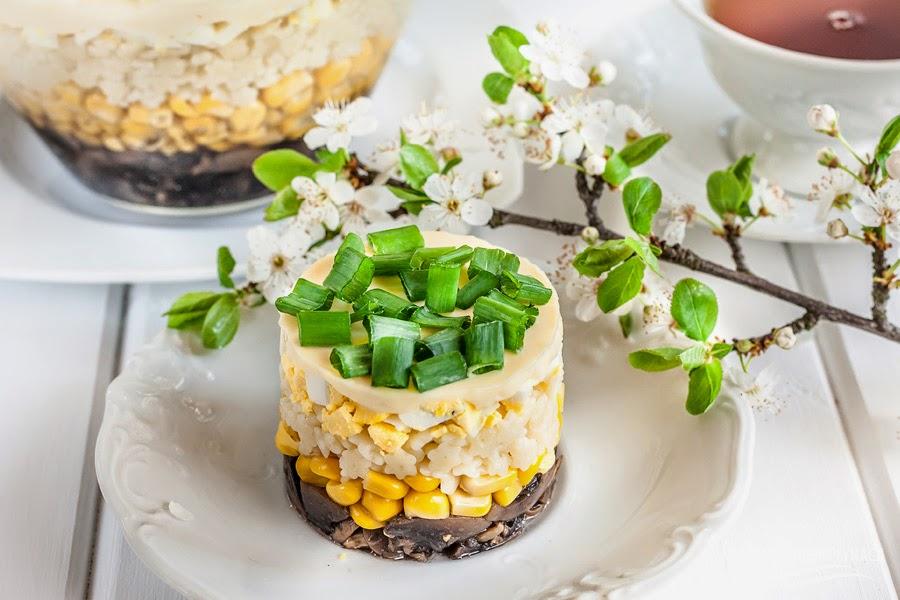 sałatka makaronowa, sałatka z makaronem, sałatka z pieczarkami, sałatka z jajkiem, sałatka na imprezę, kraina miodem płynąca