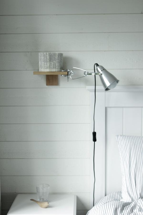inredning sovrum, vitt sovrum, vikt bok som inredning, silverfärgad lampa i sovrum, inredningsdetalj med bok