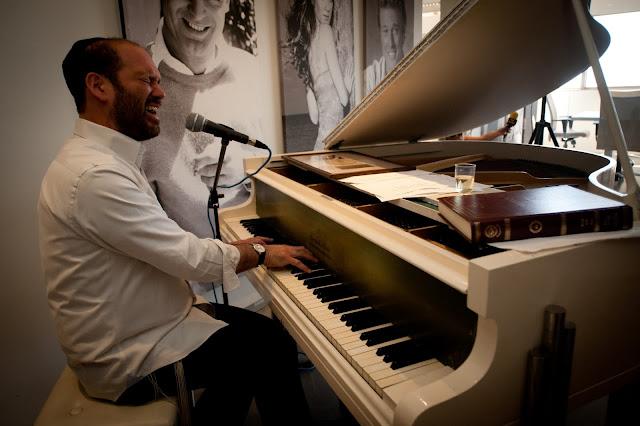 יונתן רזאל מקבל אלבום זהב על מכירת אלבומו החדש בין הצלילים