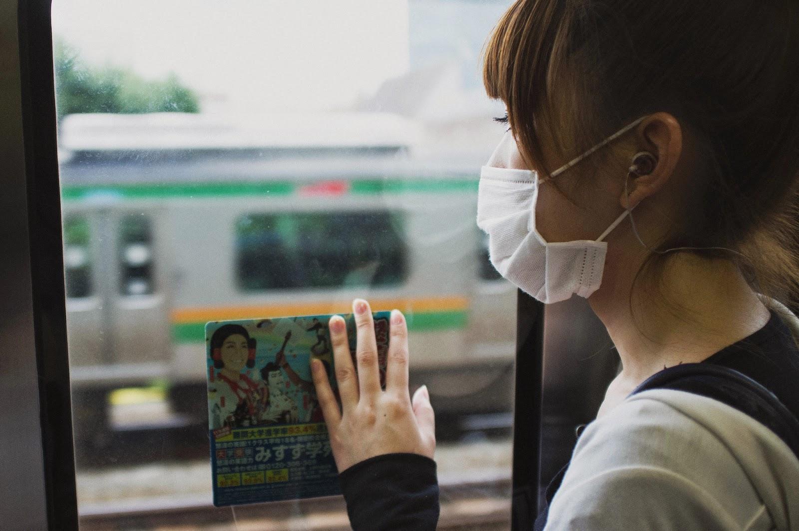 Chica japonesa usando una máscara