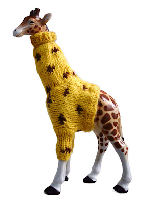 Knitting Pattern For Giraffe Sweater : Las Teje y Maneje: KNITTED PRESENT FOR A GIRAFFE