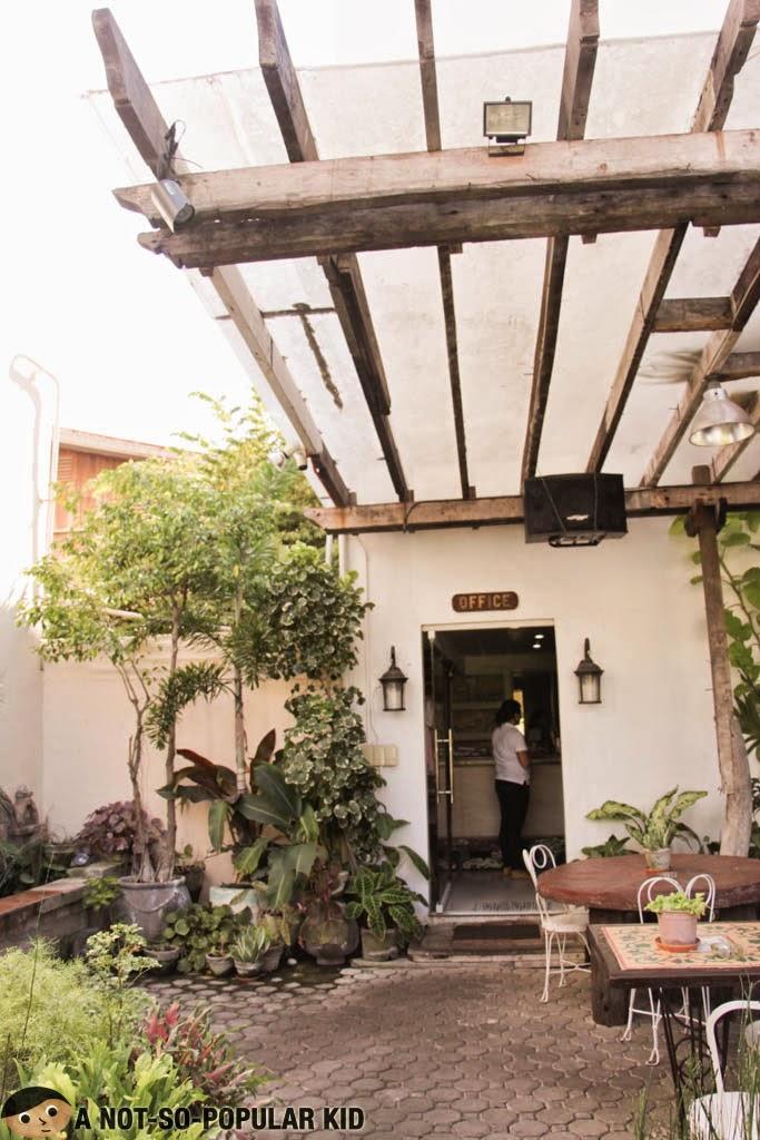 Mini-outdoor garden and dining area of Saramsam, Balay da Blas